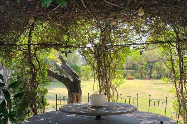 Tavolo in pietra sotto al gazebo di casa Carlotta